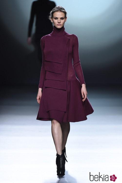 Vestido berenjena de la colección otoño/invierno 2015/2016 de Amaya Arzuaga en Madrid Fashion Week
