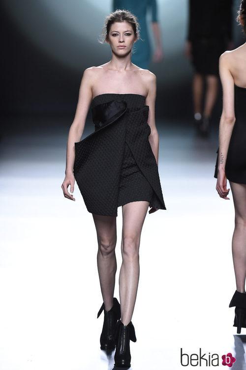 Vestido negro corto de la colección otoño/invierno 2015/2016 de Amaya Arzuaga en Madrid Fashion Week