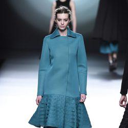Abrigo azul aguamarina de la colección otoño/invierno 2015/2016 de Amaya Arzuaga en Madrid Fashion Week