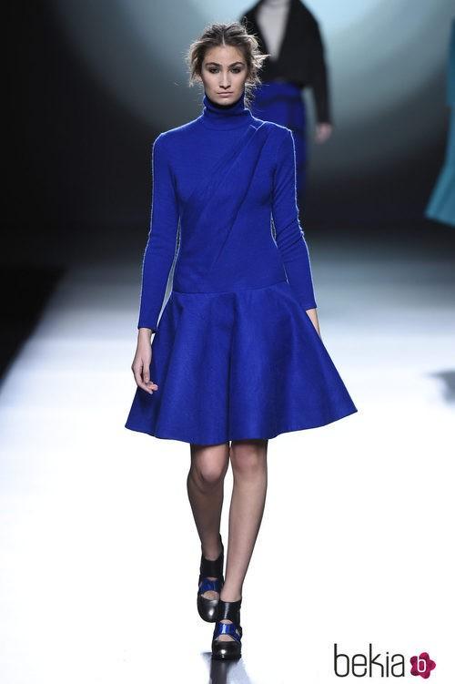 Vestido azul zafiro de la colección otoño/invierno 2015/2016 de Amaya Arzuaga en Madrid Fashion Week
