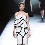 Vestido blanco y negro de la colección otoño/invierno 2015/2016 de Amaya Arzuaga en Madrid Fashion Week