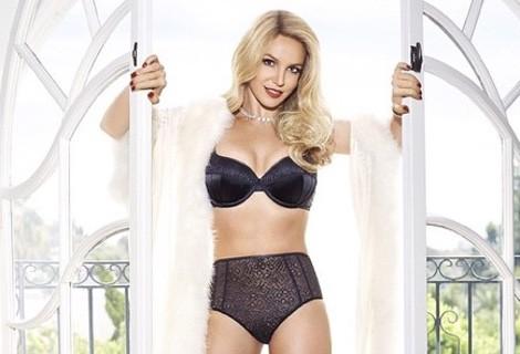 Britney Spears con un conjunto de lencería en negro de su colección 'Elvira'