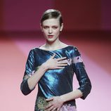 Vestido de lentejuelas azul de Agatha Ruiz de la Prada para otoño/invierno 2015/2016 en Madrid Fashion Week