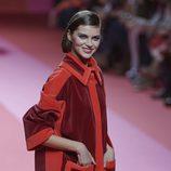 Abrigo de terciopelo rojo y granate de Agatha Ruiz de la Prada para otoño/invierno 2015/2016 en Madrid Fashion Week