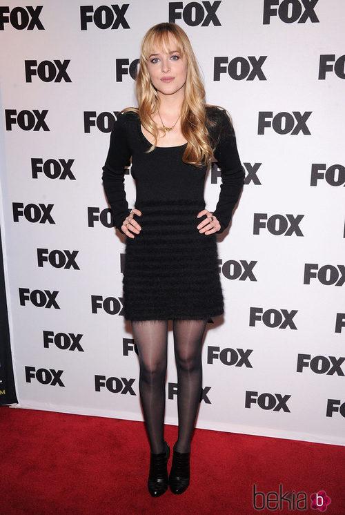 Dakota Johnson con un vestido negro de manga larga