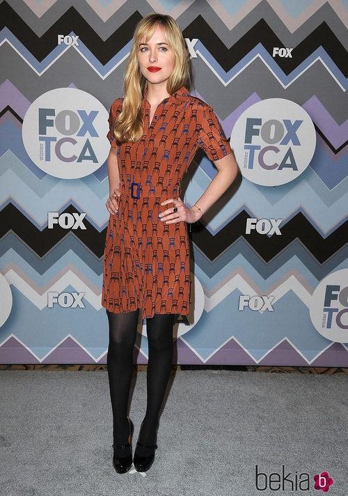 Dakota Johnson con un vestido de dibujos de sillas