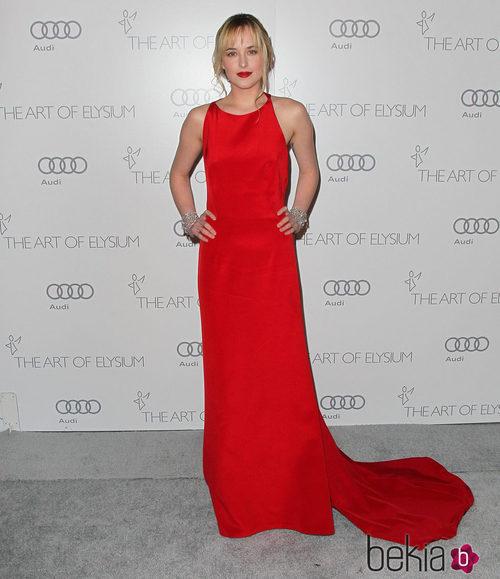 Dakota Johnson con un vestido rojo con cola