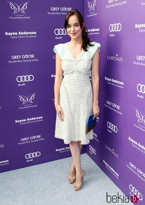 Dakota Johnson con un vestido blanco