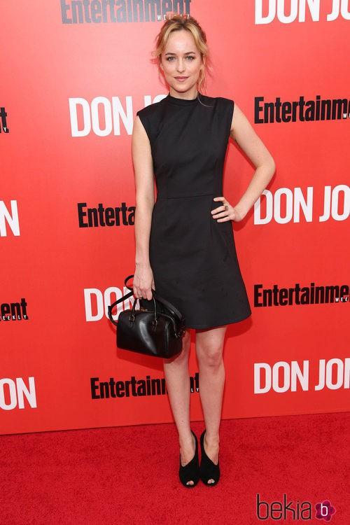 Dakota Johnson con un vestido negro sin mangas