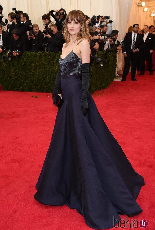 Dakota Johnson con un vestido largo azul noche de Jason Wu