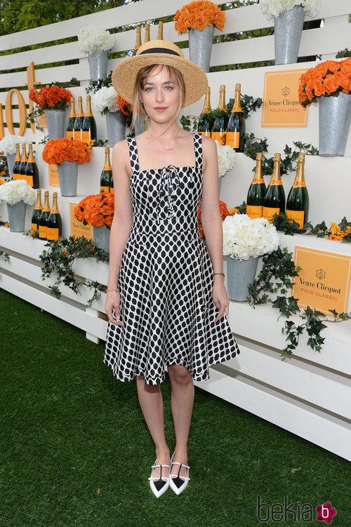 Dakota Johnson con un vestido de geometría black & white