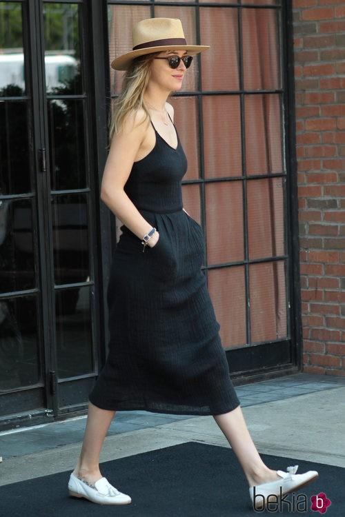 Dakota Johnson con una falda y un top de lino negro