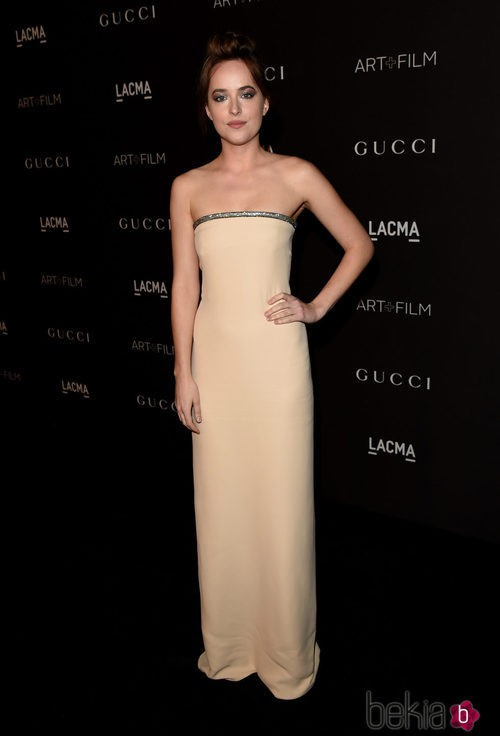 Dakota Johnson con un vestido largo nude de palabra de honor