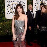 Dakota Johnson con un vestido plateado de Chanel