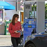 Dakota Johnson con unos jeans y jersey rojo