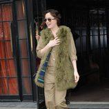 Dakota Johnson con un abrigo de pieles pistacho