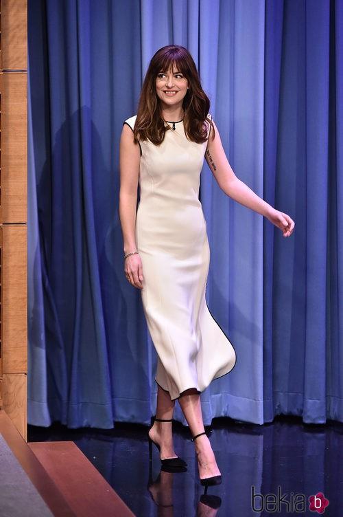 Dakota Johnson con un vestido de corte midi nude