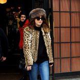 Dakota Johnson con jeans y chaqueta animal print