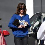 Dakota Johnson con jeans negros y jersey azul