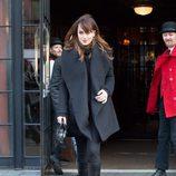 Dakota Johnson protegiéndose del frío con un look total black