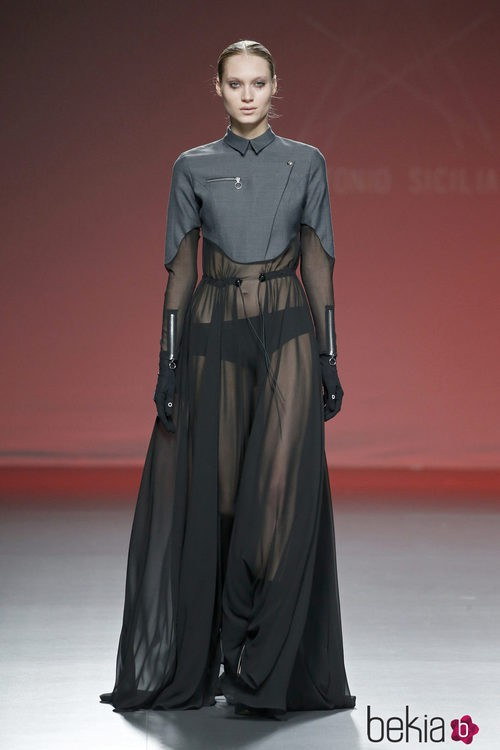 Conjunto en gris y negro de Antonio Sicilia en el Samsung EGO 2015