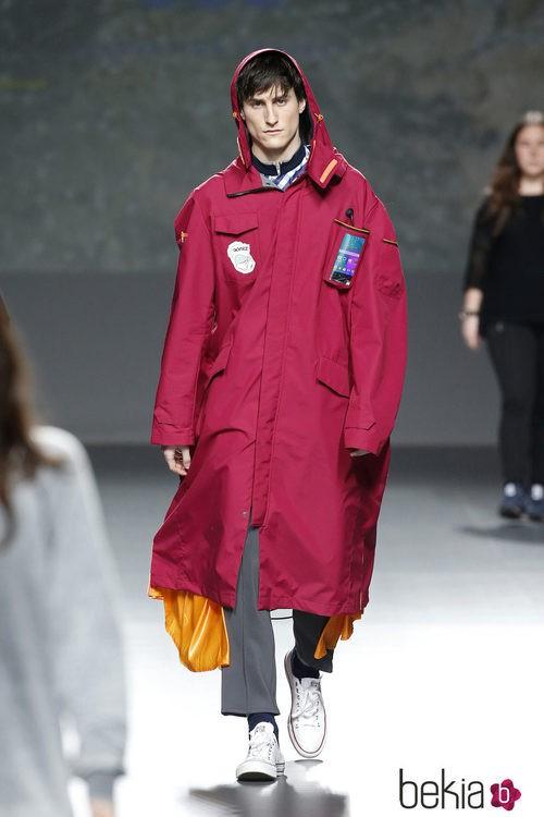 Abrigo con forma de tienda de campaña de Gomez en el Samsung EGO 2015