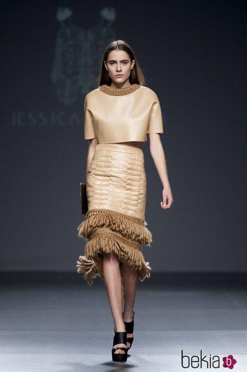 Conjunto de cuero en color beige de Jessica Conzen en el Samsung EGO 2015