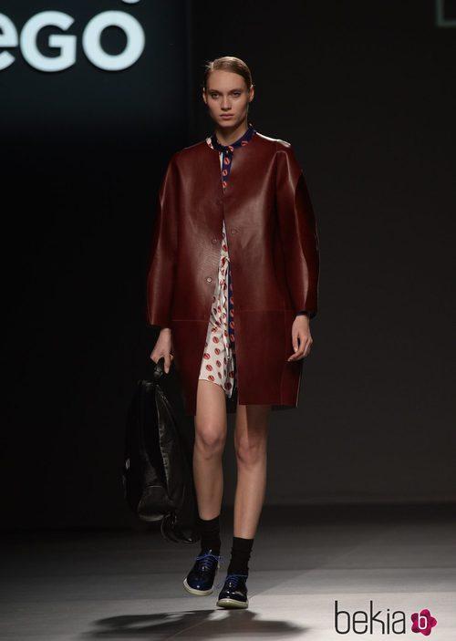 Vestido estampado y abrigo burdeos de Lug Von Siga en el Samsung EGO 2015
