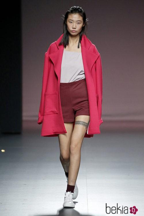 Pantalón de tiro alto, camiseta y abrigo de Mikel Colás en el Samsung EGO 2015