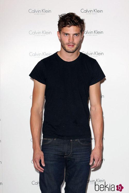 Jamie Dornan con camiseta negra y vaqueros