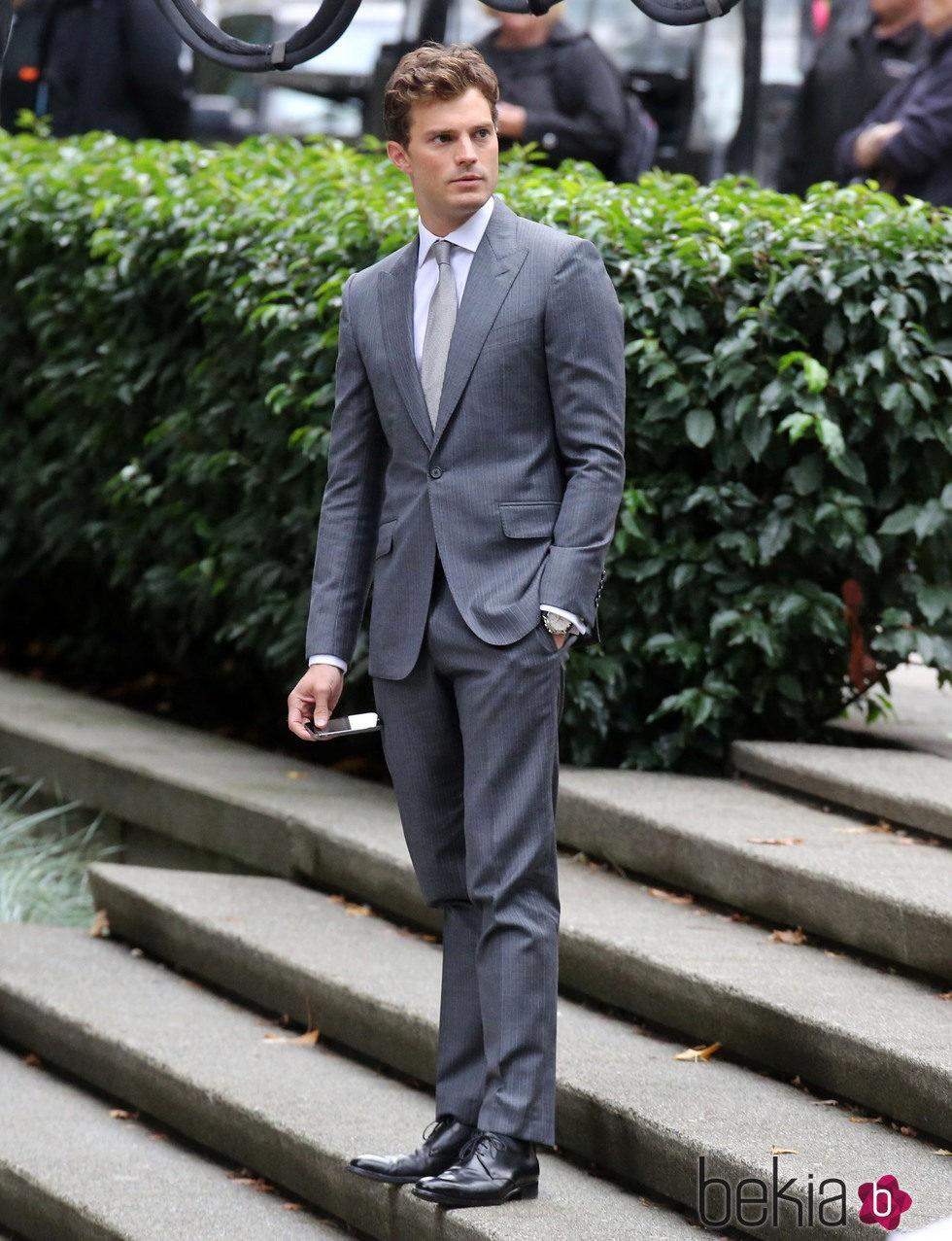 d600ddbf95d5e Jamie Dornan con traje gris convertido en Christian Grey - Los looks ...