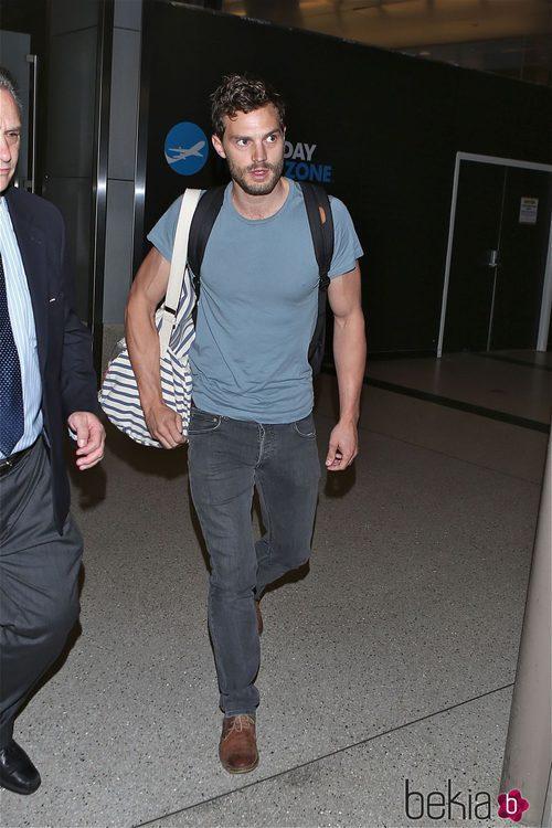 Jamie Dornan con camiseta azul y vaqueros grises