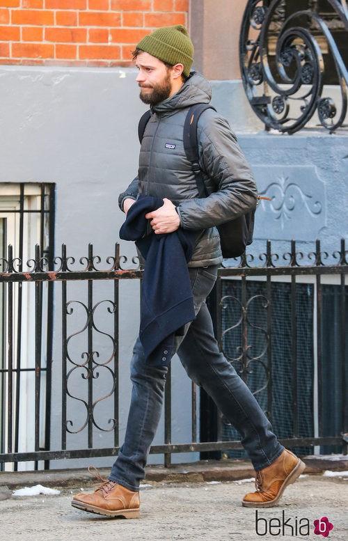 Jamie Dornan con plumas, vaqueros, botas y gorro