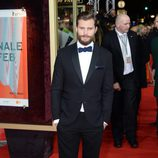Jamie Dornan con esmoquin y pajarita azul