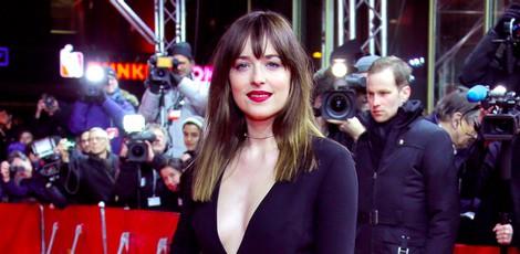 Dakota Johnson con un vestido negro escotado en la Berlinale 2015
