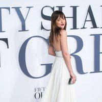 Dakota Johnson con un vestido Saint Laurent en el estreno de 'Cincuenta sombras de Grey' en Londres