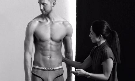 Calvin Harris en un momento de la sesión en ropa interior para la campaña primavera/verano 2015 de Emporio Armani