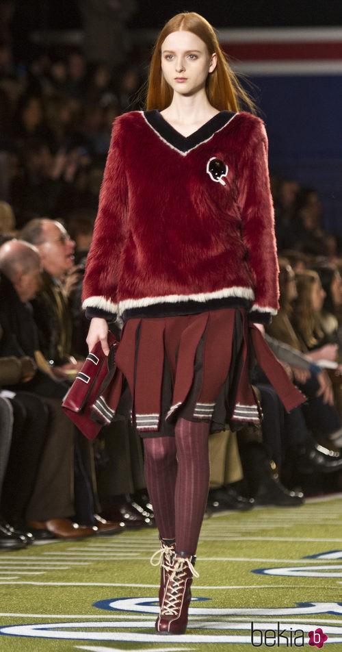 Falda y jersey en color granate de Tommy Hilfiger en Nueva York Fashion Week