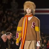 Falda y jersey en color camel de Tommy Hilfiger en Nueva York Fashion Week