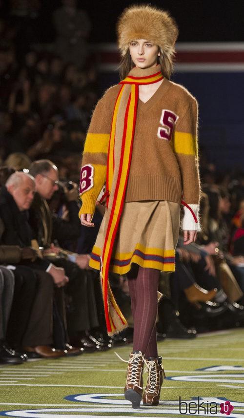 Falda y jersey en color camel de Tommy Hilfiger en Nueva York Fashion Week