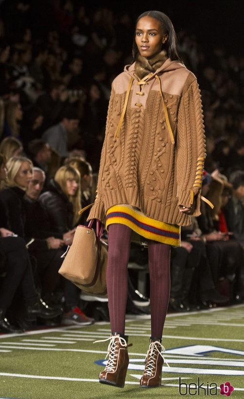 Falda y jersey 'oversize' de Tommy Hilfiger en Nueva York Fashion Week