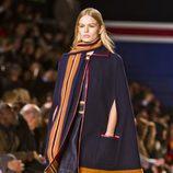 Vestido y capa en azul marino de Tommy Hilfiger en Nueva York Fashion Week