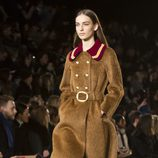 Abrigo color camel con cuello en rojo de Tommy Hilfiger en Nueva york Fashion Week