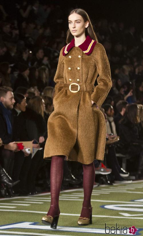 Abrigo color camel con cuello en rojo de Tommy Hilfiger en Nueva york Fashion Week