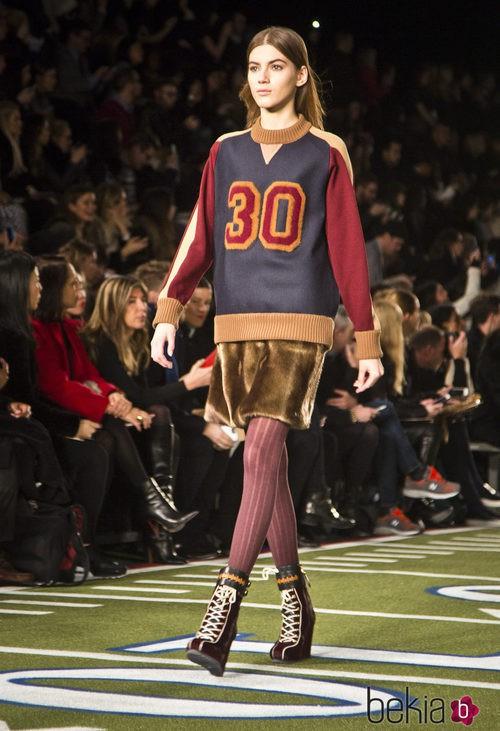 Falda de pelo y sudadera 'sport' de Tommy Hilfiger en Nueva York Fashion Week