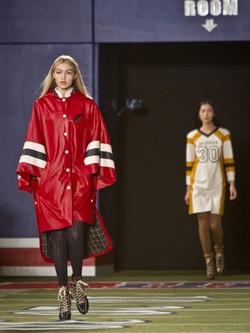 Gigi Hadid desfilando para Tommy Hilfiger con un abrigo XL en Nueva York Fashion Week