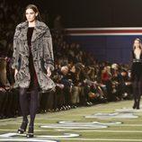 Abrigo de pelo en gris de Tommy Hilfiger en Nueva York Fashion Week