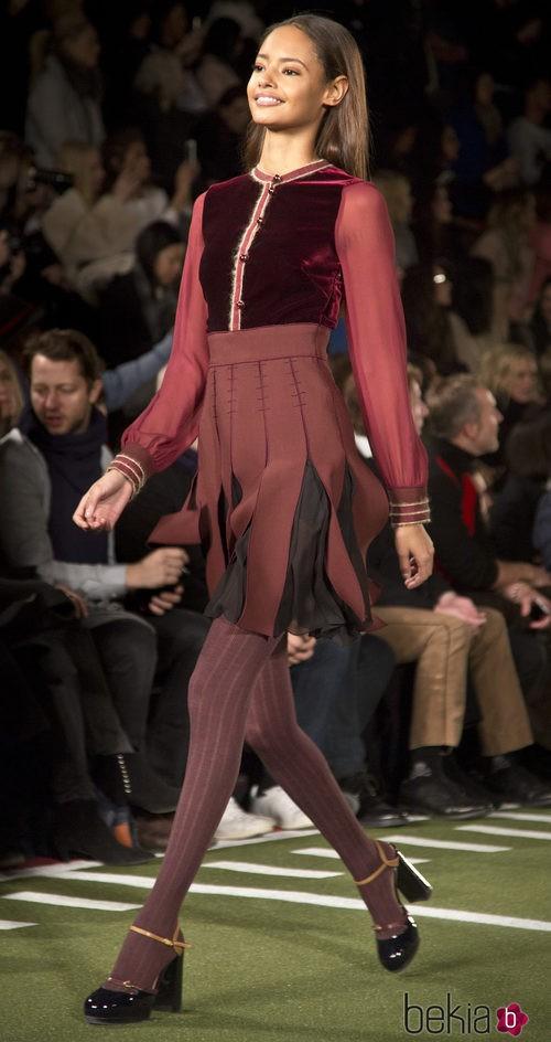 Falda plisada y detalles de tercipelo de Tommy Hilfiger en Nueva York Fashion Week