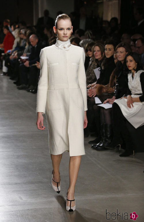 Abrigo blanco de la colección otoño/invierno 2015/2015 de Oscar de la Renta en Nueva York Fashion Week