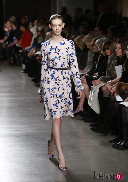Vestido con flores de la colección otoño/invierno 2015/2015 de Oscar de la Renta en Nueva York Fashion Week